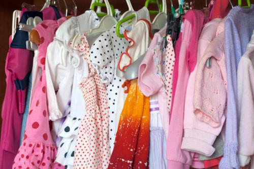 Barnkläder i garderob