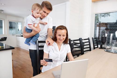 Familj shoppar på nätet
